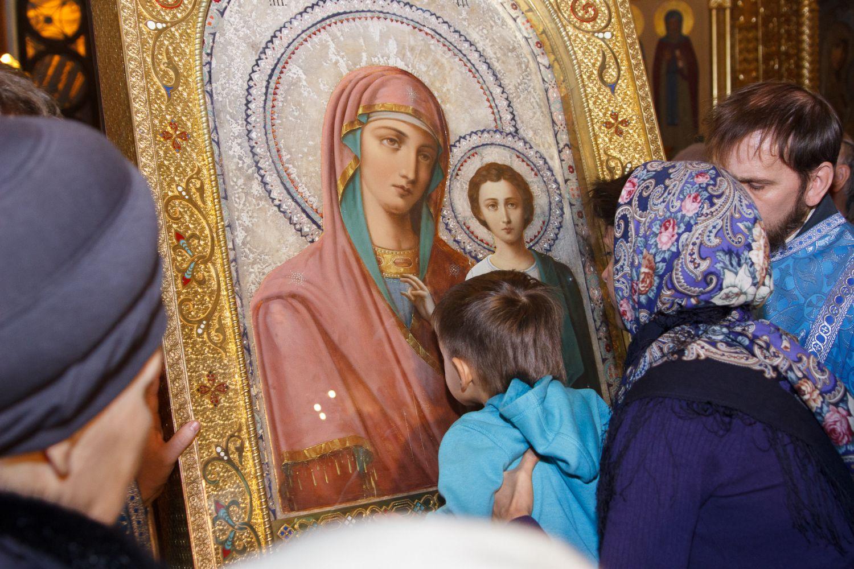 Ребёнок молиться иконе фото